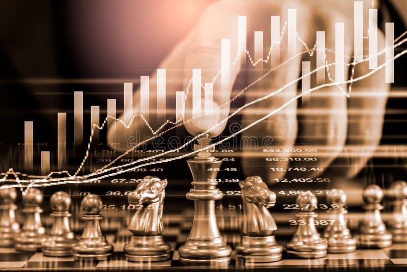 Gioco di scacchi nel comitato di scacchi sul mercato azionario o grafico di negoziazione forex sul concetto di investimento finan fotografie stock