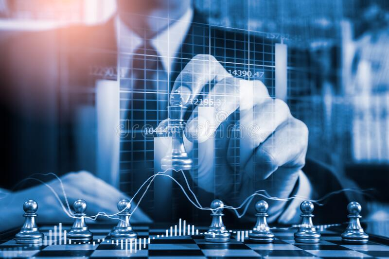 Gioco di scacchi nel comitato di scacchi sul mercato azionario o grafico di negoziazione forex sul concetto di investimento finan fotografie stock libere da diritti