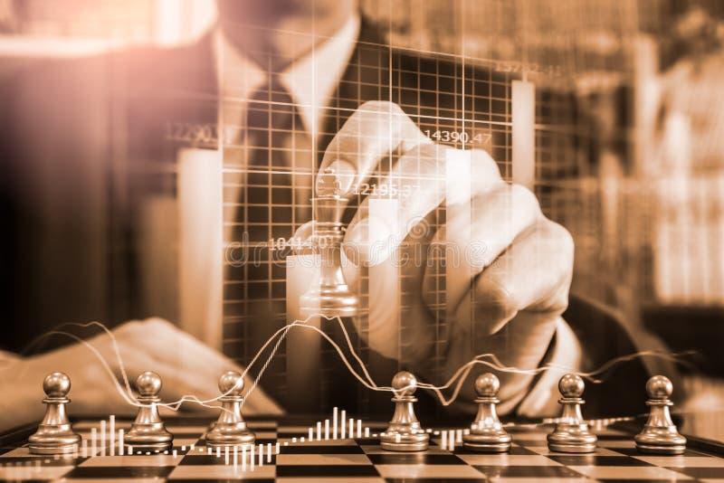 Gioco di scacchi nel comitato di scacchi sul mercato azionario o grafico di negoziazione forex sul concetto di investimento finan immagini stock