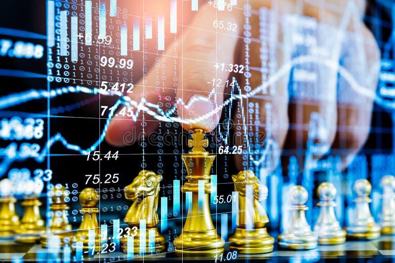 Gioco di scacchi nel comitato di scacchi sul mercato azionario o grafico di negoziazione forex sul concetto di investimento finan fotografia stock libera da diritti