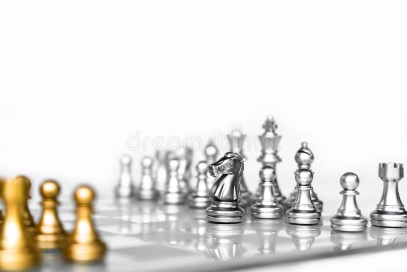 Gioco di scacchiera con fondo bianco, concetto competitivo di affari immagine stock