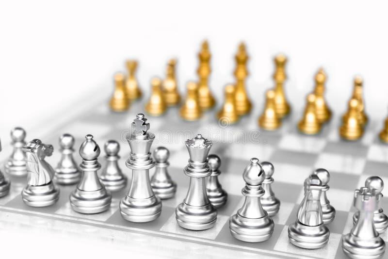 Gioco di scacchiera con fondo bianco, concetto competitivo di affari immagini stock