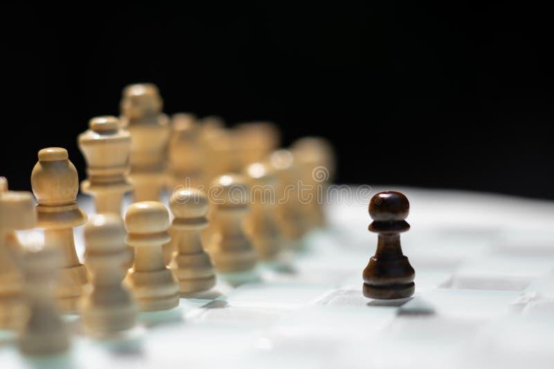 Gioco di scacchiera, concetto competitivo di affari, situazione difficile di incontro, perdente e vincente fotografia stock