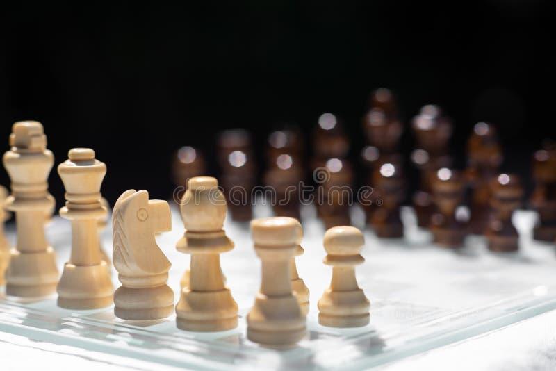 Gioco di scacchiera, concetto competitivo di affari, situazione difficile di incontro, perdente e vincente immagini stock