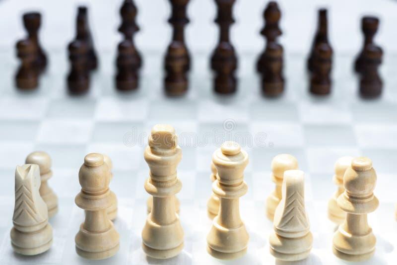 Gioco di scacchiera, concetto competitivo di affari, situazione difficile di incontro, perdente e vincente fotografie stock
