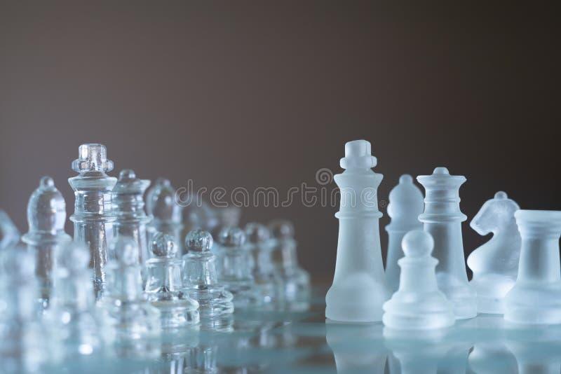 Gioco di scacchiera fatto di vetro, concetto competitivo di affari fotografie stock libere da diritti