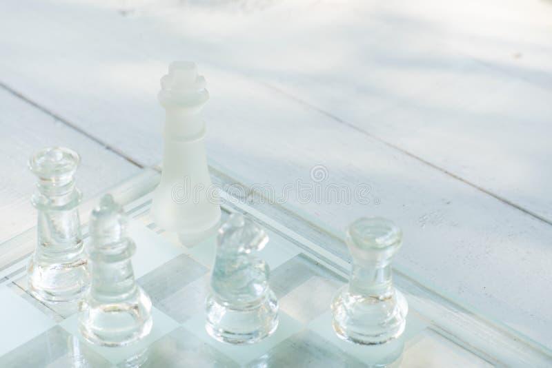Gioco di scacchiera fatto di vetro, concetto competitivo di affari fotografie stock