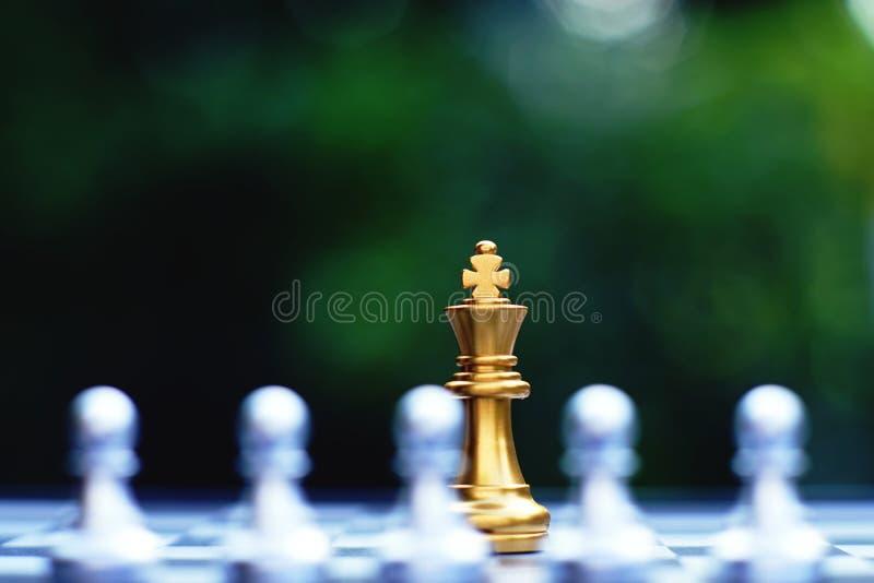 Gioco di scacchiera, situazione dello svantaggio di re, concetto competitivo di affari, spazio della copia fotografia stock