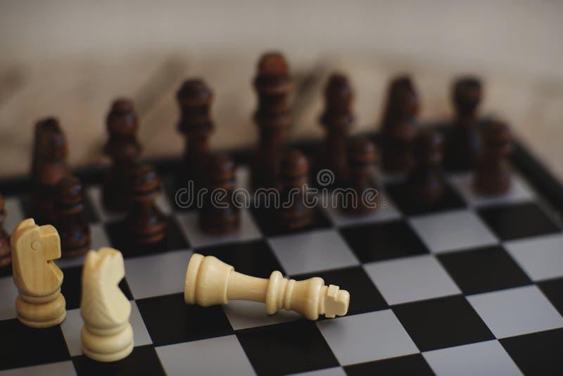 Gioco di scacchiera, situazione seria dello svantaggio di incontro, concetto competitivo di affari fotografie stock