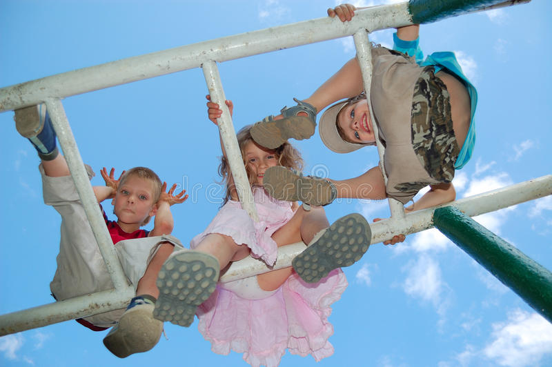 Gioco felice dei bambini fotografia stock
