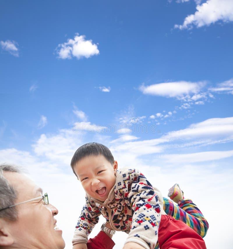 Gioco felice del bambino con il padre fotografia stock