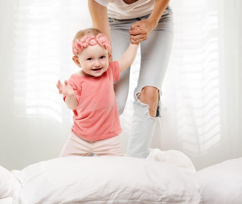 Gioco felice del bambino del bambino fotografie stock libere da diritti