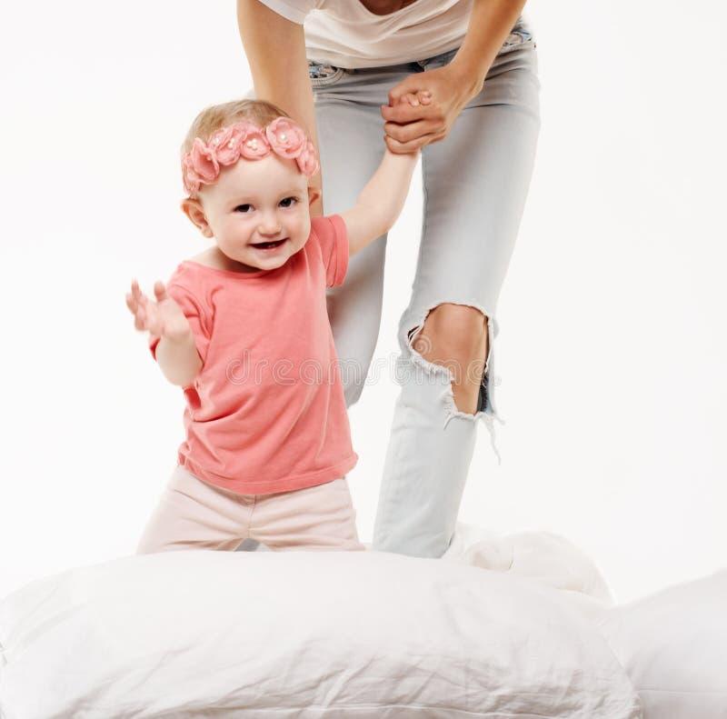 Gioco felice del bambino del bambino immagine stock