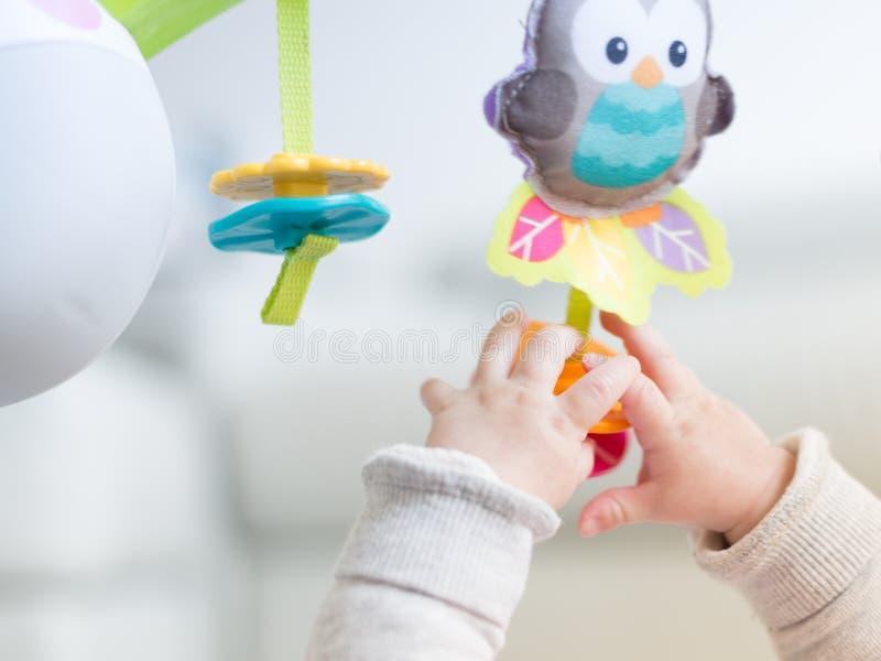Gioco felice del neonato fotografia stock libera da diritti