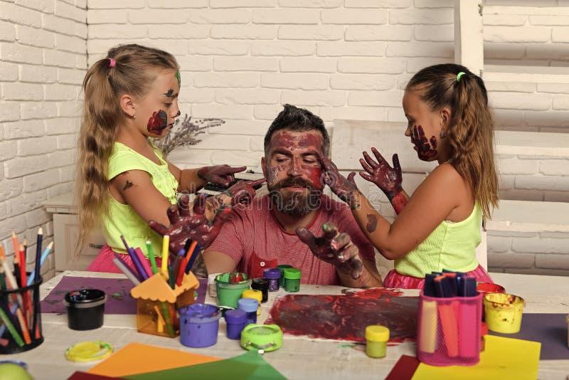 Gioco felice della famiglia Derivati e papà con le mani dipinte fotografie stock libere da diritti
