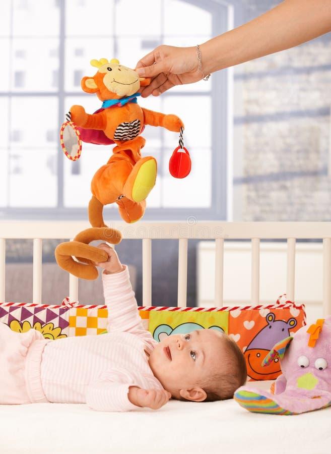 Gioco felice della neonata immagini stock