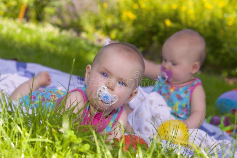Gioco gemellare delle sorelle esterno fotografie stock