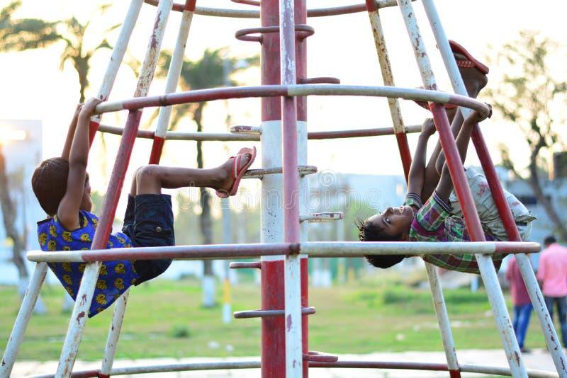 Gioco orfano dei bambini fotografia stock libera da diritti