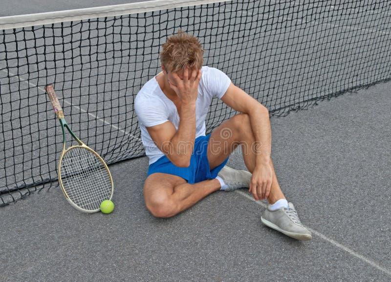 Gioco perso. Giocatore di tennis deludente. fotografia stock