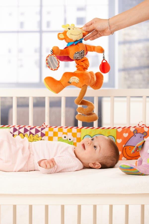 Gioco sveglio dell'infante fotografia stock libera da diritti
