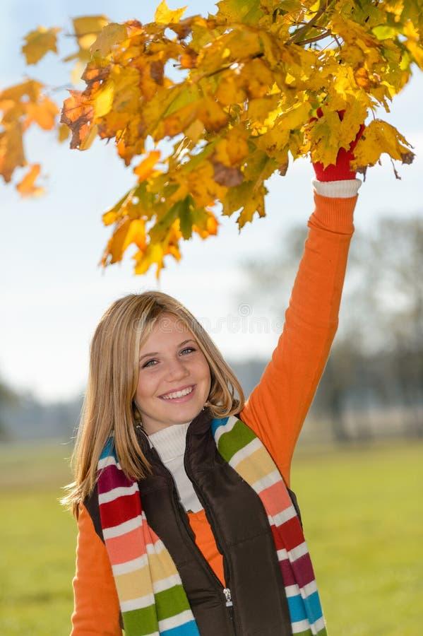 Gioco teenager spensierato di caduta delle foglie di raccolto della ragazza immagine stock - Gioco da tavolo caduta libera ...