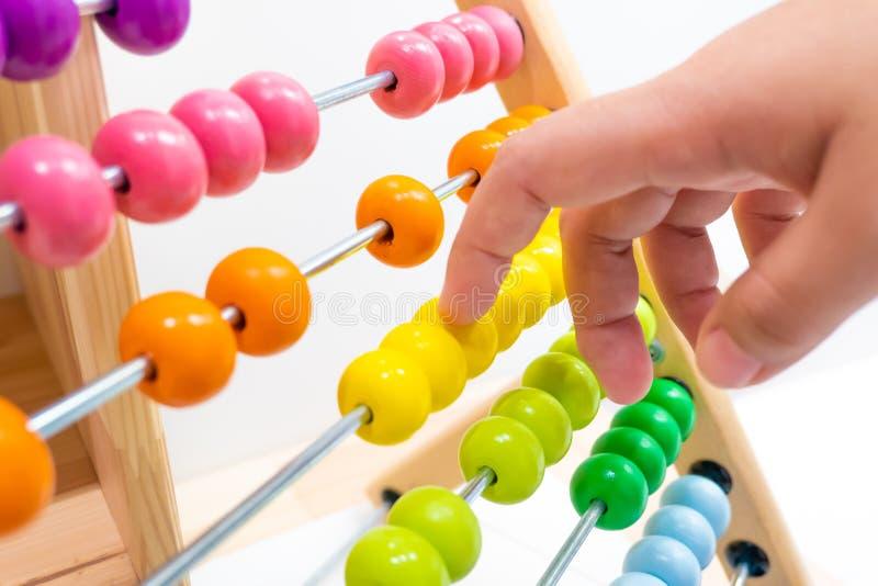 Gioco variopinto della mano del giocattolo dei bambini dell'abaco immagini stock libere da diritti