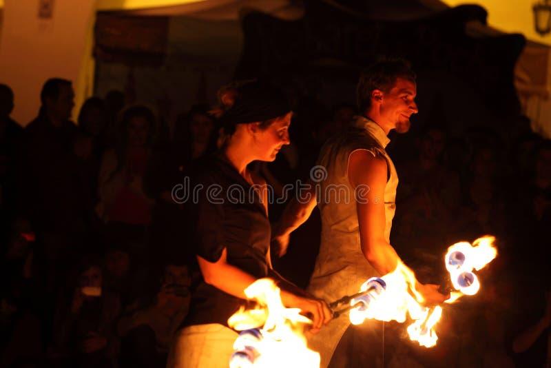 Giocoliere del fuoco nella notte scura immagine stock libera da diritti