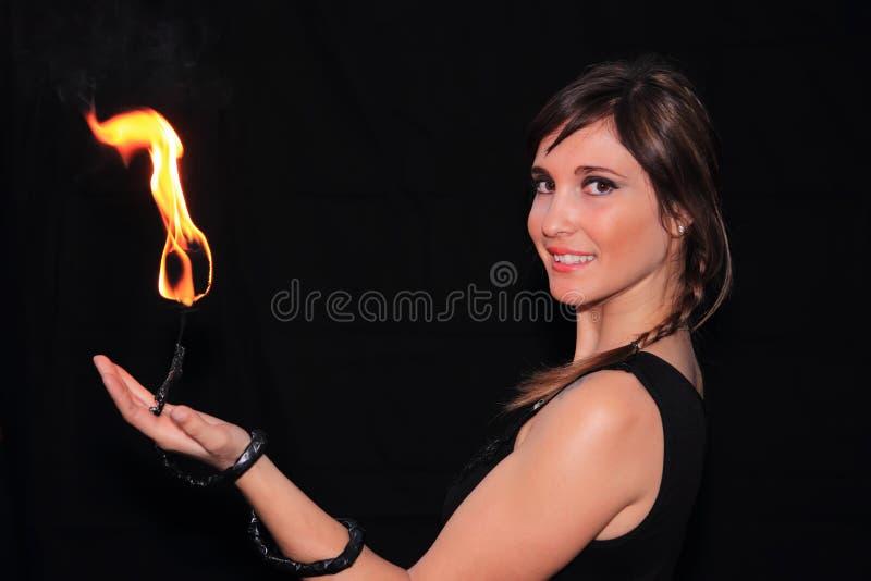 Giocoliere femminili del fuoco immagini stock