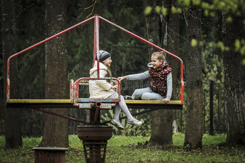 Gioia del ` s dei bambini sul carosello fotografie stock