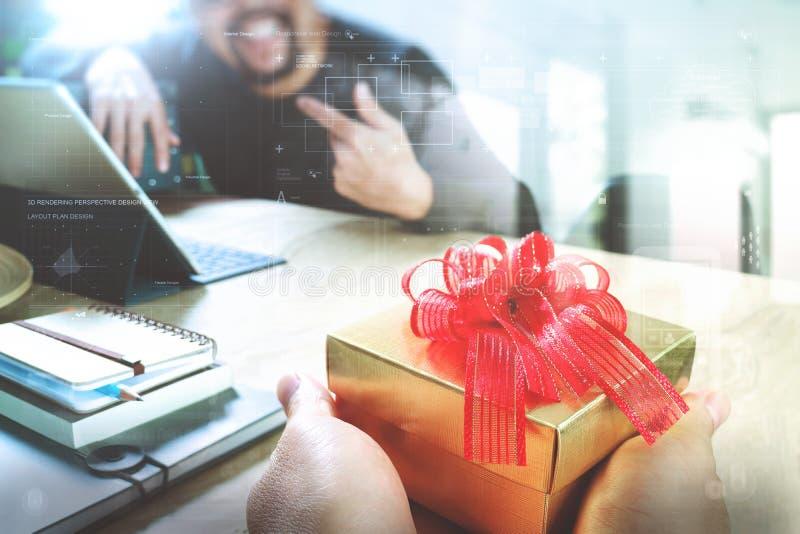 Gioia di dare di natale mano creativa del progettista di affari che dà il suo collega fotografie stock