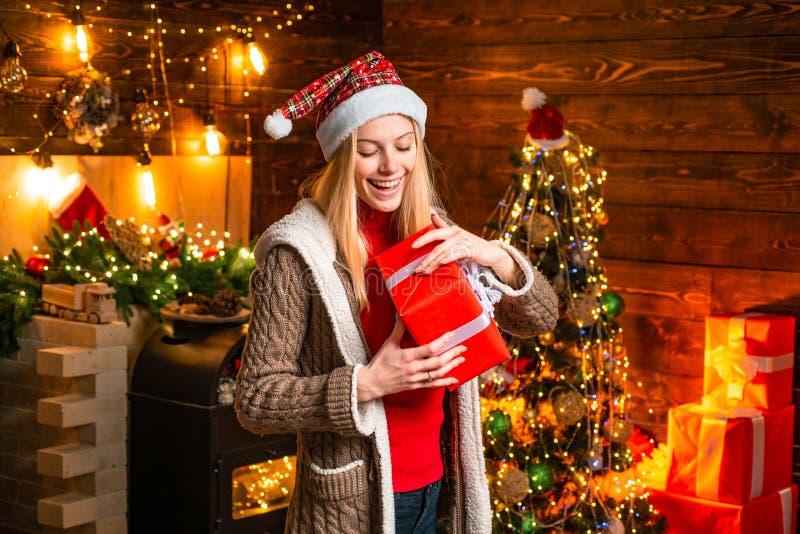 Gioia di Natale Luci interne di legno della ghirlanda delle decorazioni di natale della donna Albero di Natale Riempito di acclam fotografie stock