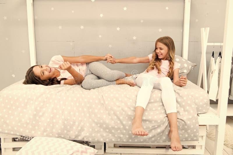 Gioia e felicit? Scherza i migliori amici delle sorelle delle ragazze pieni di energia nell'umore allegro Concetto di buongiorno  fotografia stock