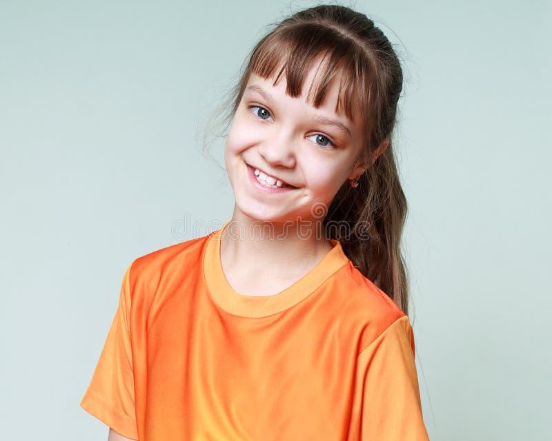 Gioia, sorriso, emozioni - ritratto di un bambino sorridente della ragazza immagine stock