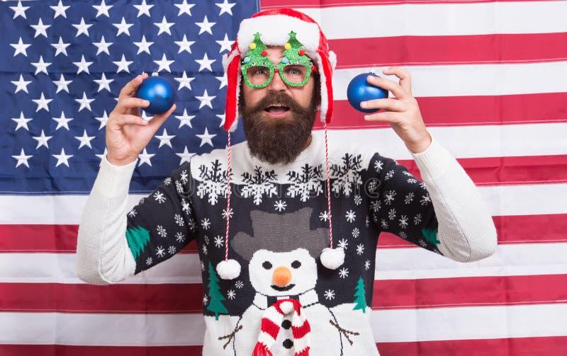 Gioia Uomo americano barbuto celebrare il Natale e il nuovo anno in stile americano Saluti d'inverno Divertiti Felice fotografia stock libera da diritti