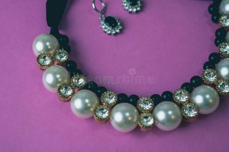 Gioielli affascinanti alla moda, collana ed orecchini dei bei gioielli brillanti preziosi costosi con le perle ed i diamanti immagine stock libera da diritti