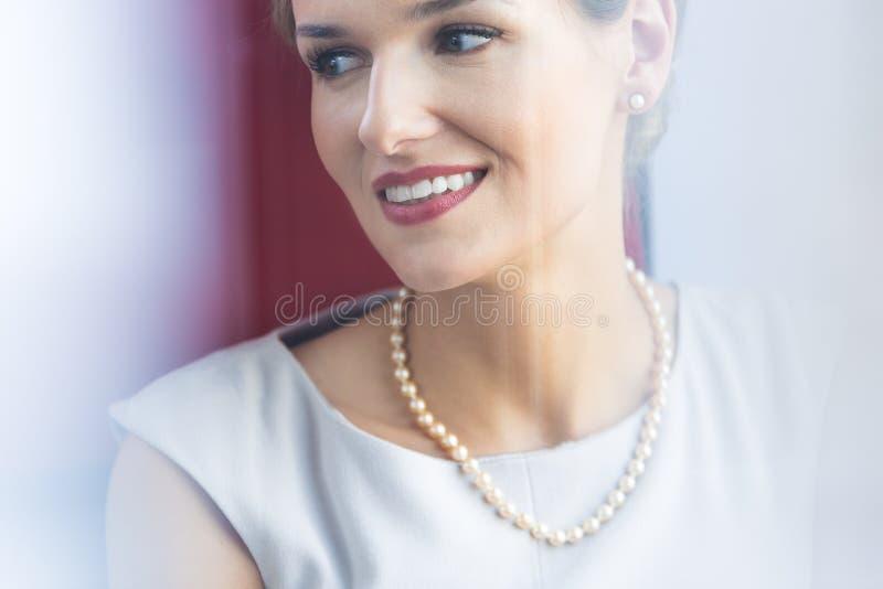 Gioielli d'uso della perla della donna elegante fotografia stock
