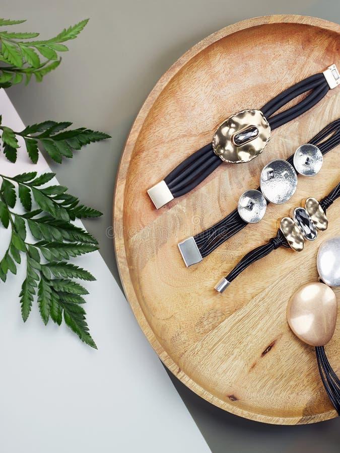 Gioielli del ` s della donna braccialetti e collana sullo scrittorio fotografia stock