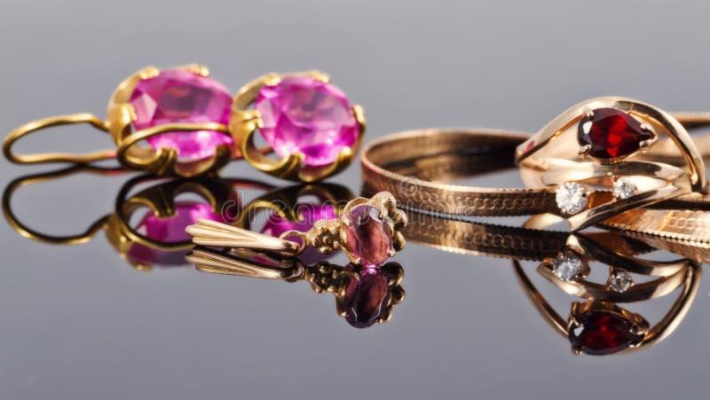Gioielli dell'oro con i rubini fotografia stock libera da diritti