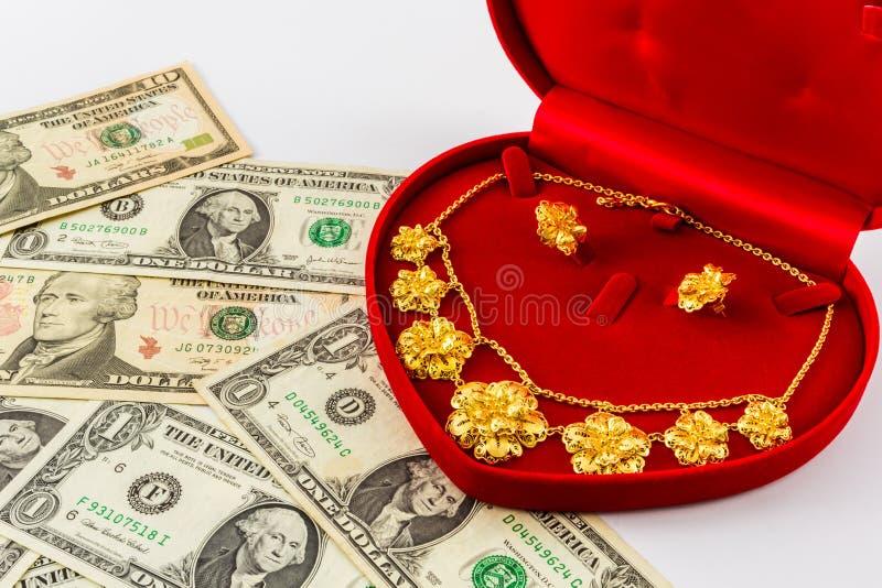 Gioielli dell'oro di nozze per la sposa. fotografie stock libere da diritti