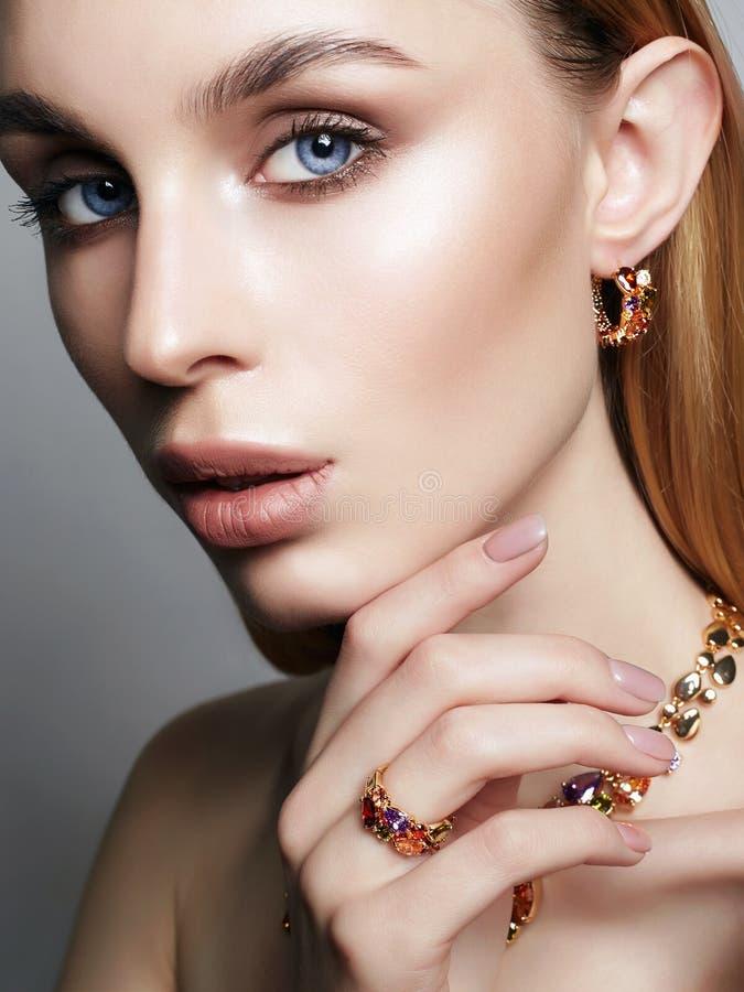 Gioielli dell'oro sulla bella ragazza fotografie stock libere da diritti