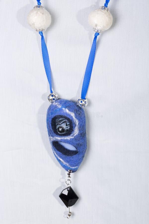 Gioielli della lana del Boho Felted delle donne in blu immagine stock