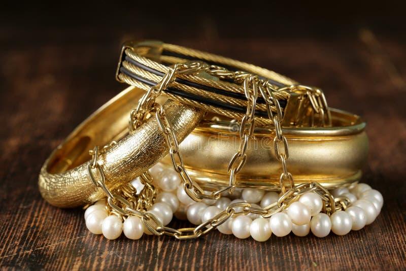 Gioielli della perla e dell'oro fotografie stock