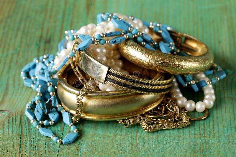 Gioielli della perla e dell'oro fotografie stock libere da diritti