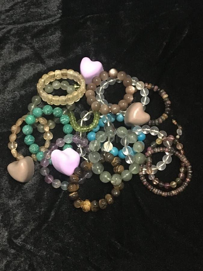 Gioielli delle perle della mano immagini stock