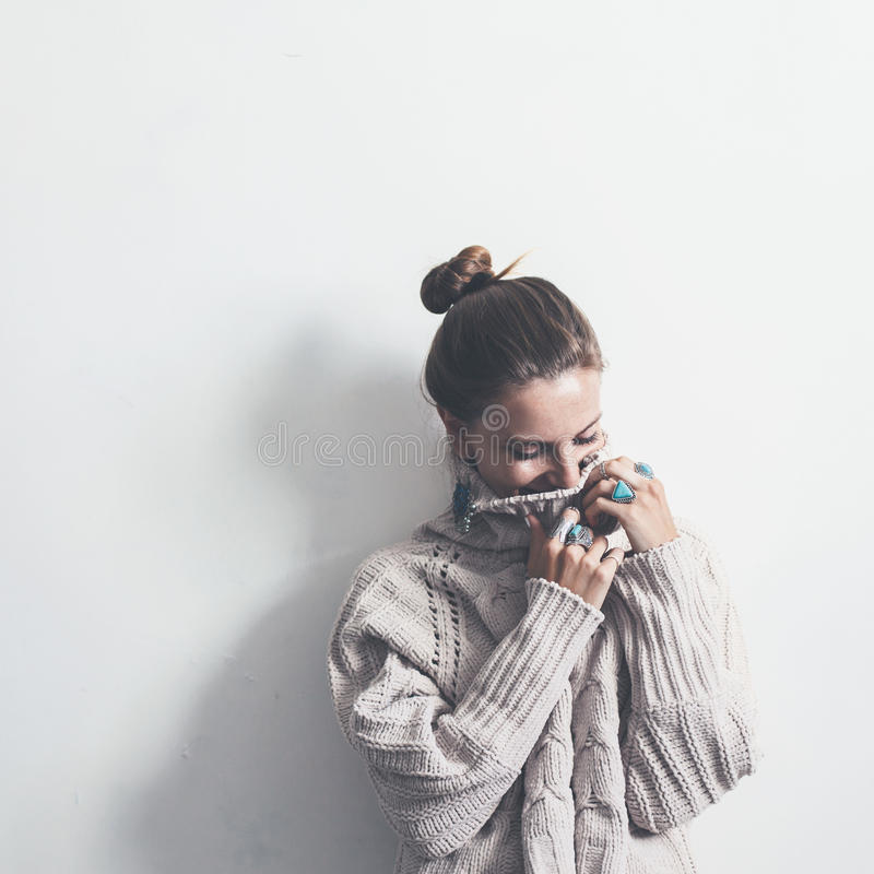 Gioielli di Boho e maglione di lana sul modello immagine stock libera da diritti