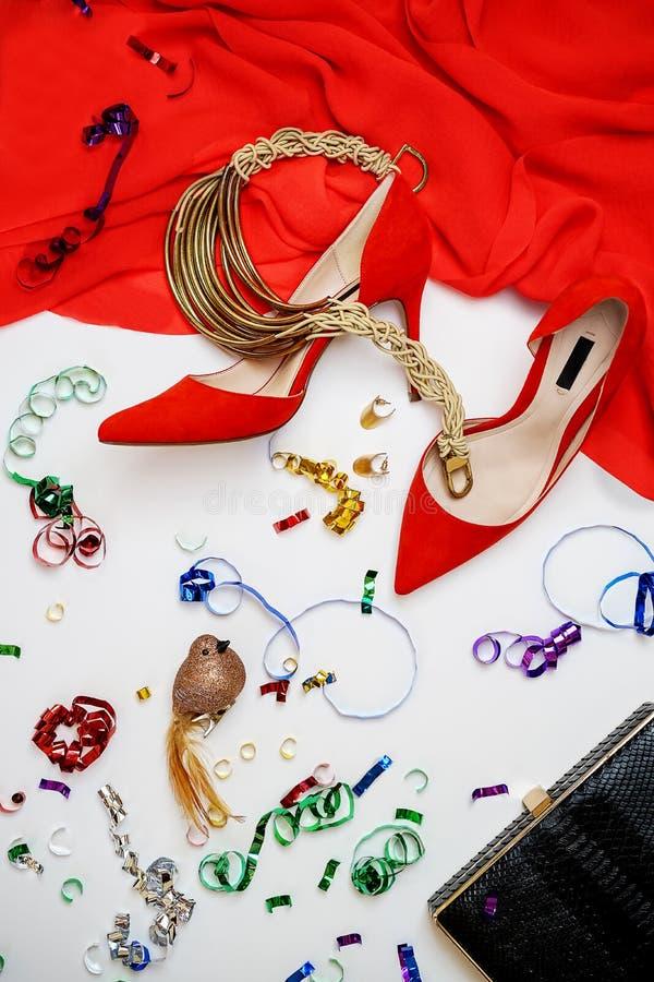 Gioielli femminili degli accessori delle scarpe di vestito dalla raccolta dell'attrezzatura del partito di celebrazione su fondo  immagine stock libera da diritti