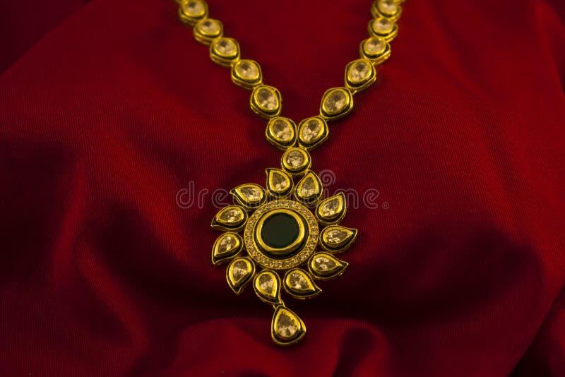 Gioielli sradicati diamante artificiale per le donne fotografia stock libera da diritti