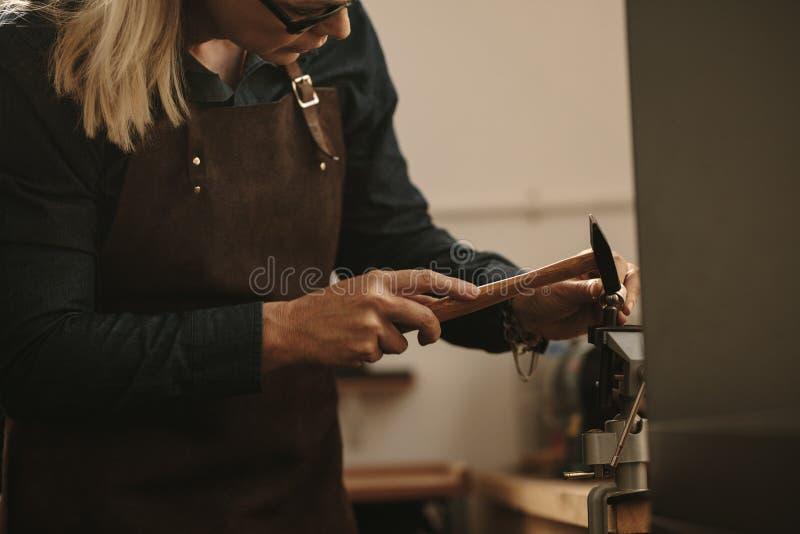 Gioielliere che progetta un anello d'argento alla stazione di lavoro fotografia stock libera da diritti