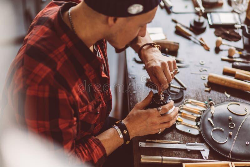Gioielliere laborioso che lucida il adornmnet fotografia stock