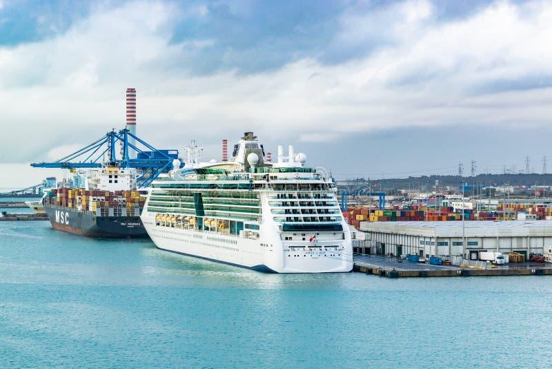 Gioiello della linea di crociera di Royal Caribbean della nave da crociera dei mari e Del MSC Maureen Cargo Ship messa in bacino  fotografia stock libera da diritti